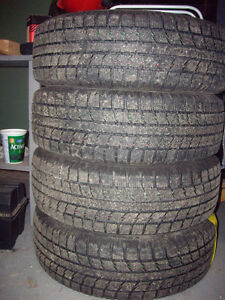Deux ensembles de pneus de grandeur 185/65 R 15 à vendre