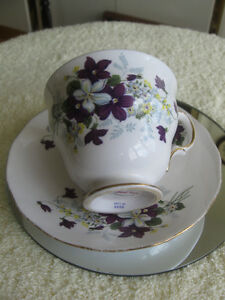 "BEAUTIFUL VINTAGE ""ROYAL VALE"" BONE CHINA CUP & SAUCER"
