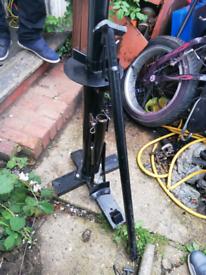 Manual tyre breaker