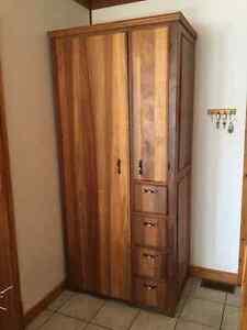 Grande armoire unique faite à la main en bois massif
