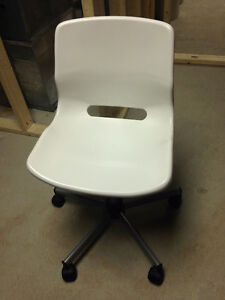 Kids White desk chair with wheels