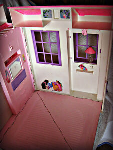 BARBIE ~ HOUSE (FOLDS OUT TO 3 ROOMS) W/BATTERY LAMP IN WINDOW Kitchener / Waterloo Kitchener Area image 8
