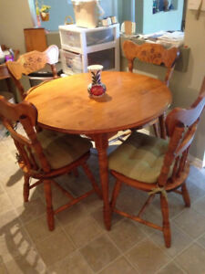 Kitchen table, round with 2 leaves and 4 chairs- Langley