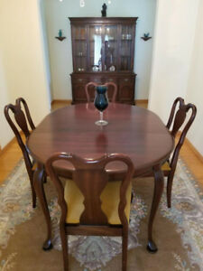 DR hutch and 6 chair with table. Excellent condition