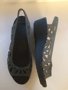 Brand new women's CROCS wedge sandals Kingston Kingston Area image 2