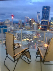 Downtown luxury condo. 7 minutes walk to Stampede