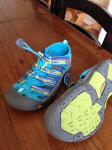 Girls size 1 keen sandals brand new condition