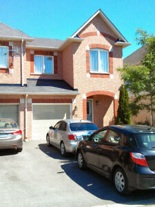 Beautiful 3 bedroom, 4 washroom town home in Aurora for RENT!