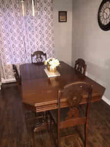 Older antique style table n four chairs