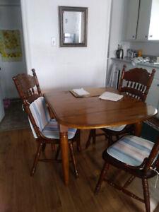 Ensemble table et 4 chaises à vendre