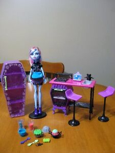 MONSTER HIGH DOLL 10 PLAYSETS, CLASSROOMS bed vanity bathroom