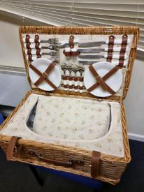 Picnic Basket Insulated Wicker 4 person brand new