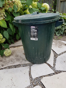 Rubber garbage can
