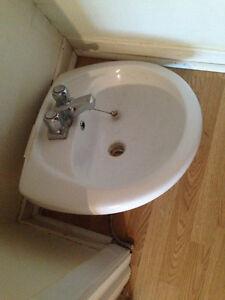 evier et pied de salle de bain
