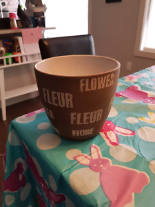 5 flower pots and 2 brown liners