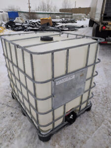Large garbage cans with lids and wheels