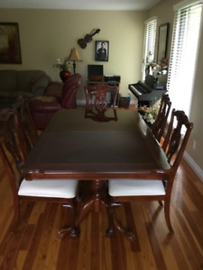 Elegant Chippendale Dining Room Table & Chairs