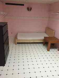MABUHAY - maluwag na basement room na may sariling CR.