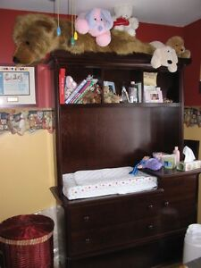 Mahogany Crib and Changing Table Wall Unit with Drawers West Island Greater Montréal image 2