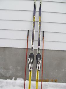Un bel ensemble de skis de fond de marque Karhu pour homme.
