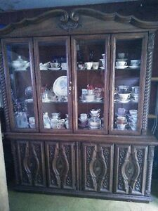 Hutch & Buffet/Table/4 Side Chairs & 2 Captains