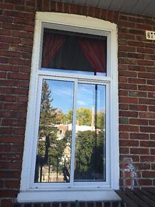 1 grande fenêtre en aluminium blanc en bon état.