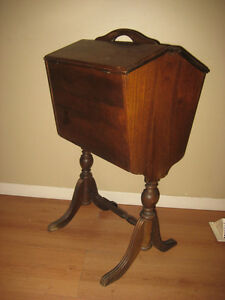 BEAUTIFUL! VINTAGE WOOD SEWING NOTION OR KNITTING BOX