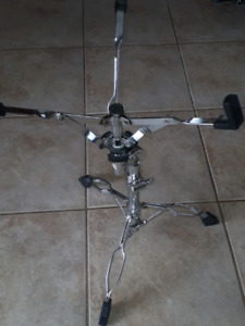 Pied snare stand