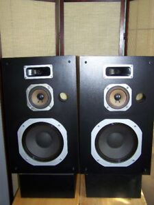 HITACHI HS-802 SPEAKERS WITH STANDS