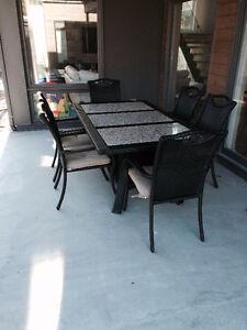 Table en rotin 6 places avec dessus en marbre et 6 chaises