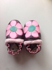 Leather slippers/Robeez H