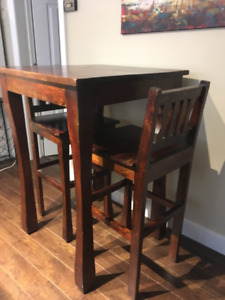 High top bar table with 2 chairs, in great shape