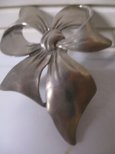 "GORGEOUS OLD 1988 SEAGULL PEWTER ""BOW-TIE"" BROOCH"