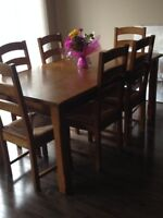 Solid Oak table + 6 chairs. LIKE NEW!