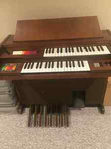 $150 · Electric Organs & key board with banch in good working or Regina Regina Area image 1