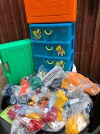 6kg of K'nex plus storage containers.