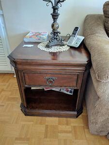 Wood Corner Table w/wheels / Table de coin en bois avec roues