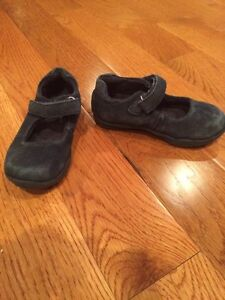 Girl navy shoe. Kid size 7 London Ontario image 1