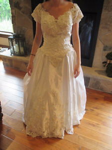 WEDDING DRESS GOWN WITH DETACHABLE TRAIN