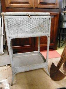 Petit meuble en rotin antique