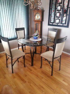 Round Glass Top Dinning Room Table and 4 Chairs in New Condition