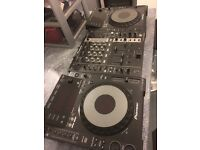 Pioneer CDJ 900 x2 + DJM 750 Mixer (Plus gorilla flight case)