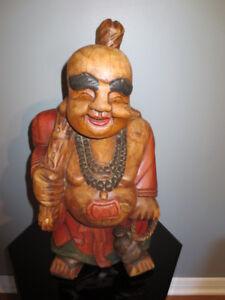 Sculpture de Bouddhas souriant en bois.