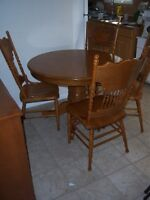 Oak Pedestal Dining Table with leaf and 4 chairs / delivery
