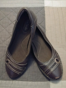 Like New Brown leather Clarks shoes $15 size 8M