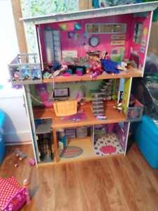 Dollhouse- KidKraft comes w/ some accessories