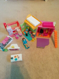 Polly Pocket apartment, like new with over 25 pieces