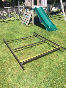 Adj. Queen / Double Metal Bed Frame w/ Ctr Bar & Locking Castors