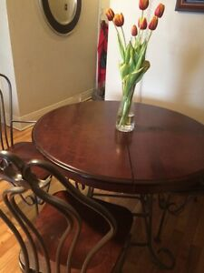Dining Room Table & 5 chairs  -Adjustable with leaf to expand