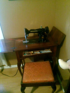 Stand up singer sewing machine great condition works London Ontario image 2